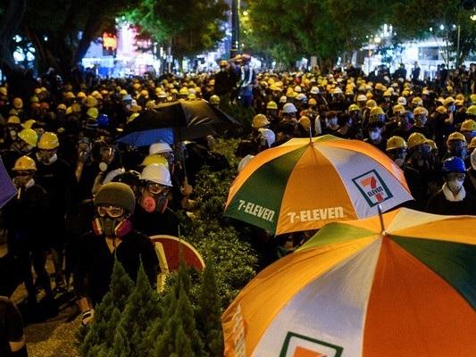 A decine di migliaia scendono in strada. Hong Kong sfida ancora Pechino