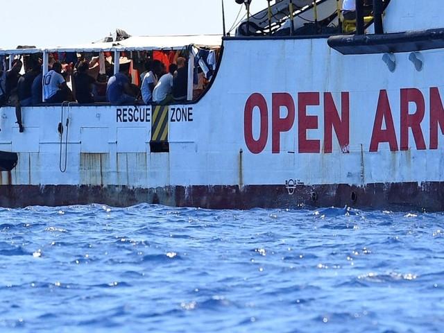 Open Arms, un migrante si getta in mare e viene recuperato dalla Guardia Costiera | VIDEO