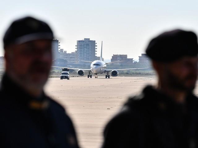 """Migranti, la Lega sfida la Merkel: """"Pronti a chiudere anche gli aeroporti"""""""