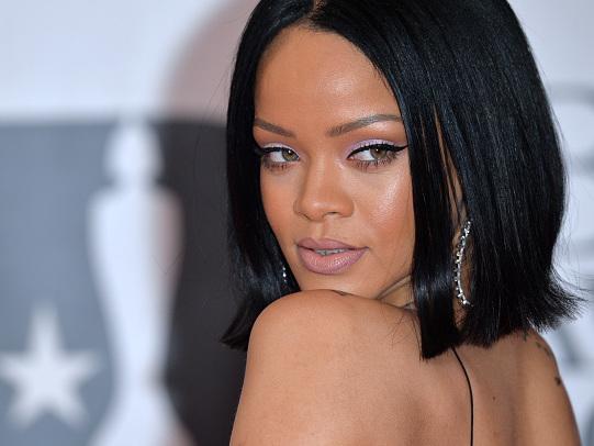 Rihanna ha indossato due giacche cucite insieme in un vestito!