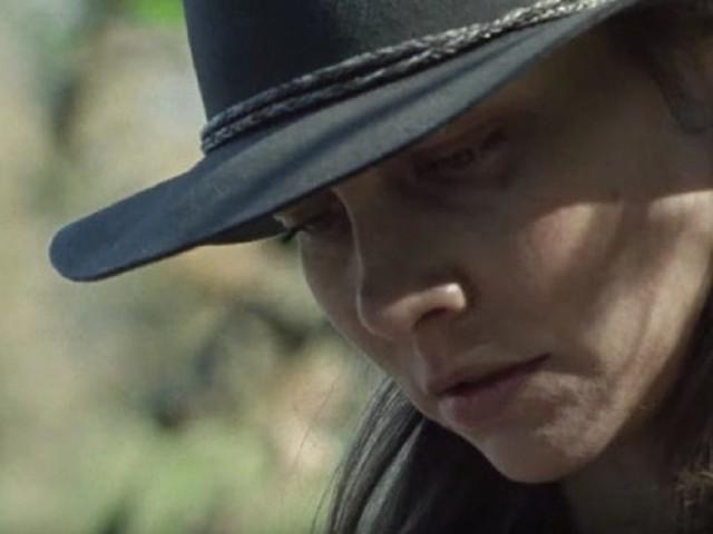 Lauren Cohan in The Walking Dead 10×16 insieme al misterioso uomo con la maschera di ferro, il promo del finale rimandato all'autunno