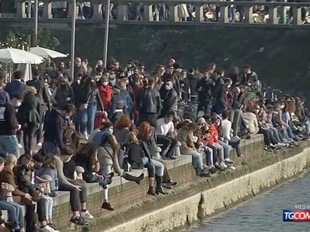 Covid, assembramenti a Milano nell'ultimo sabato in zona gialla