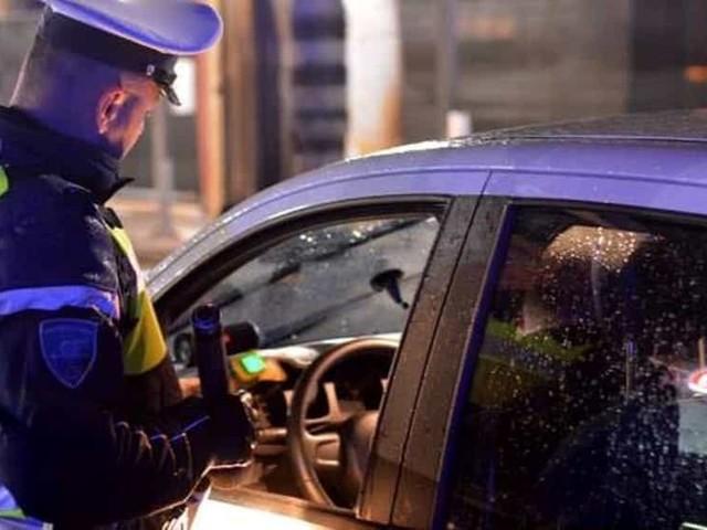 Ubriaco alla guida di un'auto di grossa cilindrata, fermato dalla polizia rifiuta l'alcoltest: denunciato