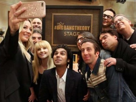 Il cast di The Big Bang Theory sulla cover di EW prima dell'addio tra scene e momenti preferiti dal set (video)