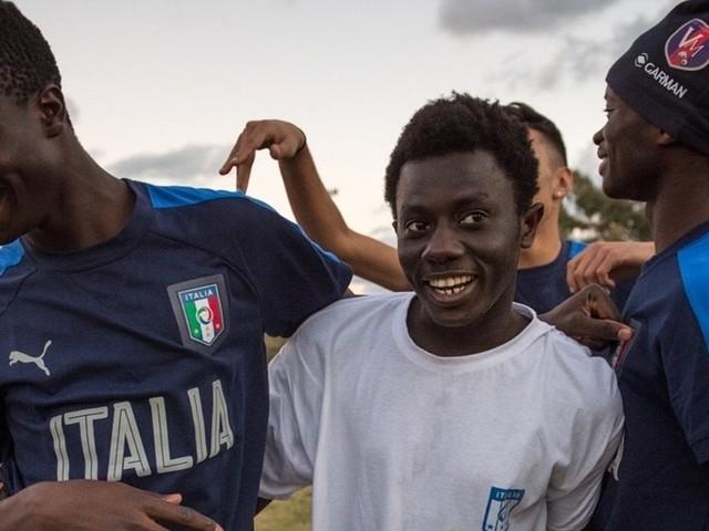 Dal Gambia all'Uefa: la storia di Abu, l'emigrante calciatore che ha commosso anche Totti