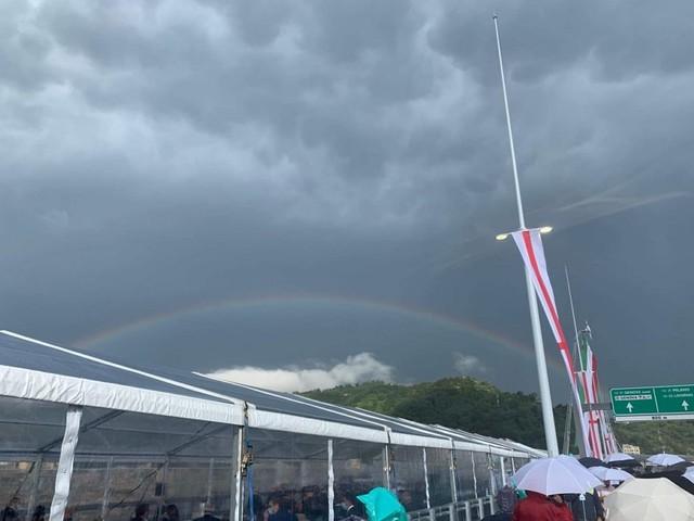L'arcobaleno su Genova nel giorno dell'inaugurazione del nuovo ponte