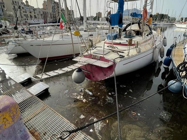 Inquinata acqua della Cala a Palermo,liquami e cattivo odore