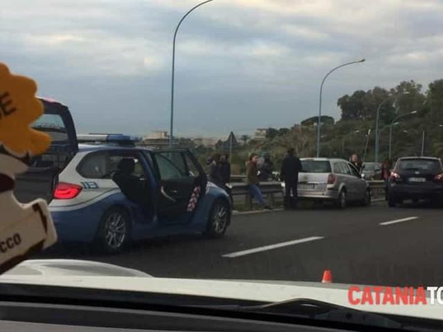 Incidente stradale in Tangenziale, scontro tra auto: traffico bloccato