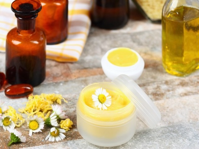 Balsamo per le labbra: come prepararlo in casa con miele e olio vegetale