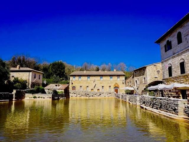 Bagno Vignoni: cosa vedere nel borgo con la vasca termale medievale