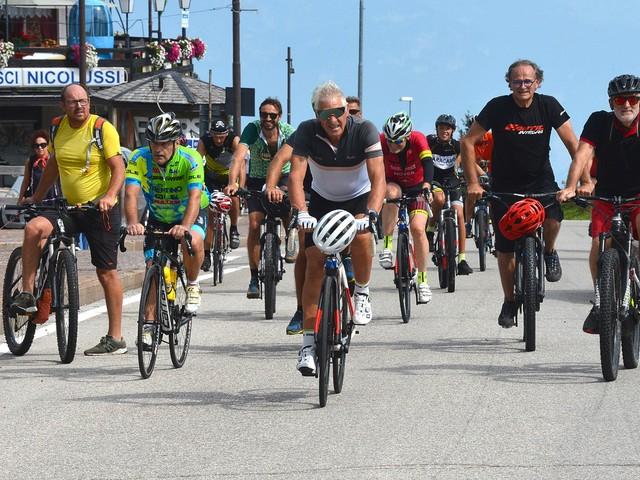 """Al Bondone Green Day la """"carica"""" delle 500 bici guidate da Francesco Moser"""
