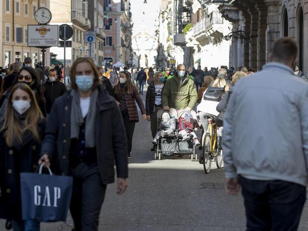 In Italia altri 630 morti di covid Oltre 50mila le vittime totali Rallenta la crescita dei contagi