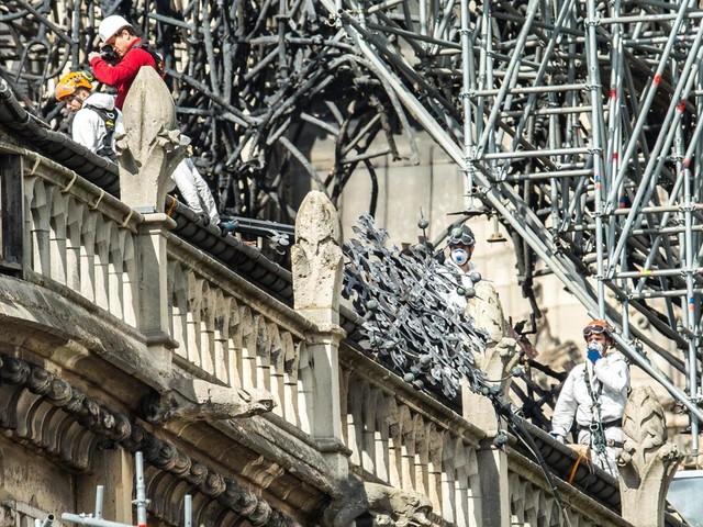 Gli operai di Notre-Dame fumavano sulle impalcature