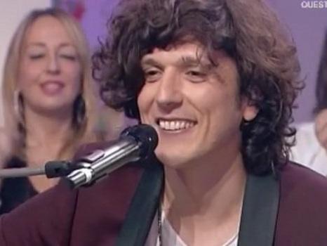 Ermal Meta a Domenica In omaggia Battisti ed emoziona il pubblico con Sally di Vasco Rossi (video)