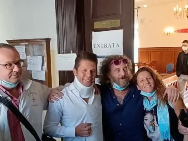 Blitz no vax in una scuola, presente anche Ugo Rossi: denunce in vista