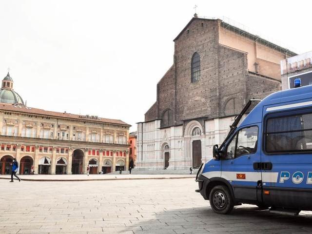 Bologna, donna fatta a pezzi e gettata in cassonetto/ Il fidanzato trovato impiccato