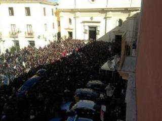 Tutta Crotone abbraccia Giuseppe, migliaia ai funerali La danza ed i palloncini per salutare il giovane ucciso