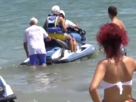 La procura di Ravenna ha aperto un'indagine sul caso del figlio di Matteo Salvini sulla moto d'acqua della Polizia, dice Repubblica