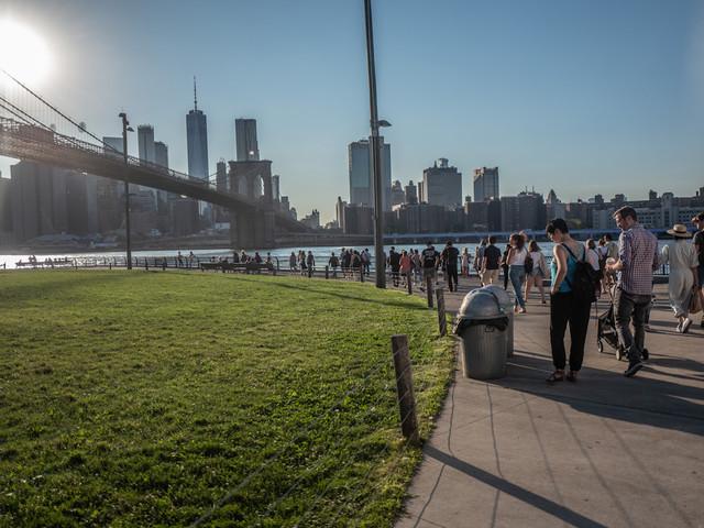 Dumbo, New York. Sotto il Brooklyn Bridge c'è The Fence, la più grande mostra di foto