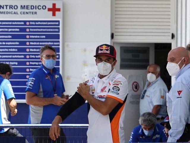 """""""Marquez non doveva scendere in pista con il braccio rotto"""": parla il medico"""