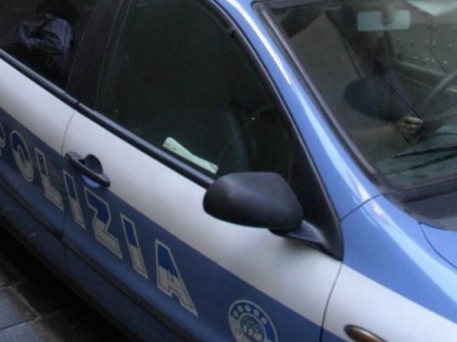 Milano, chiude in casa la figlia di 2 anni ed esce a bere: arrestata per abbandono di minore