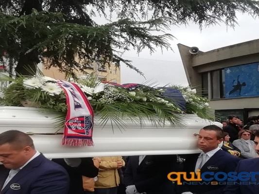 Lutto a Cosenza: lacrime e amarezza ai funerali di Paolo, Antonio e Federico