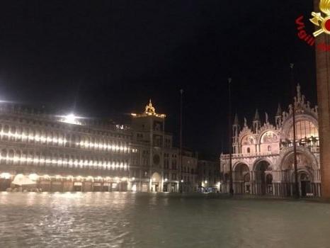 """Venezia """"affoga"""" sotto quasi due metri di mare, danni a San Marco e alla Fenice: 2 morti"""