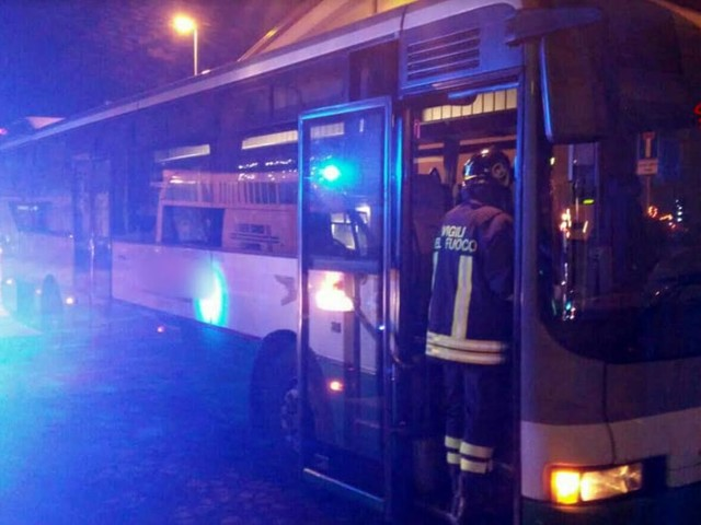 Paura nel Piovese: l'autista ha un malore, bus di linea finisce contro un'abitazione
