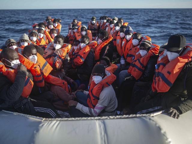 La Sea Watch in acque libiche con 147 migranti a bordo, cresce la pressione sull'Italia