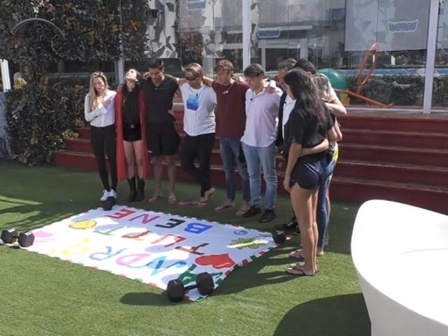 """""""GF Vip"""", i concorrenti dedicano un minuto di silenzio per le vittime del coronavirus"""