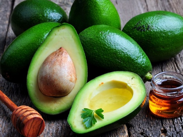 Benefici e proprietà dell'avocado. Aiuta il cuore, riduce le rughe e combatte l'artrosi