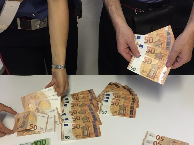 """Carabinieri arrestano tre """"spacciatori"""" di soldi falsi. Sequestrati 2.350 euro in banconote di ottima fattura."""
