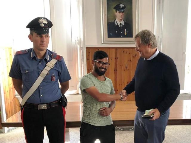 Trova un portafogli con 2.000 euro, lo porta ai carabinieri e rifiuta ricompense