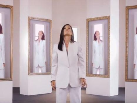 La sensualità di Un'emozione da poco di Paola Turci, online il video ufficiale della cover
