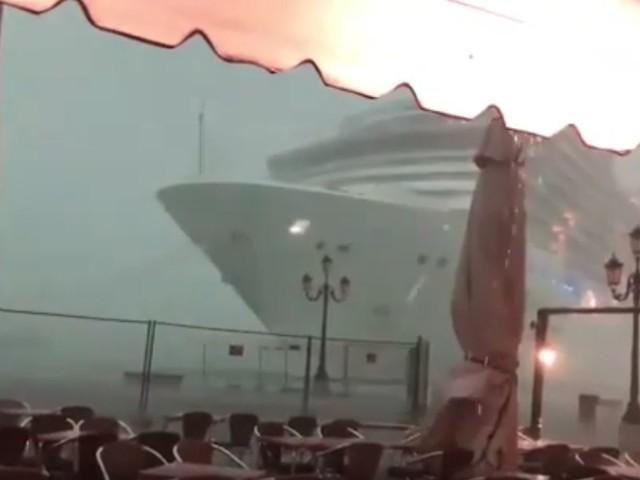 Venezia, paura nella laguna Sbanda una nave da crociera