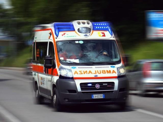 Ciclista di 35 anni travolto e ucciso da un furgone nel Milanese: l'autista denunciato