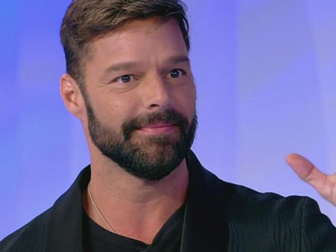 Ricky Martin lascia Amici: perché non sarà presente in puntata
