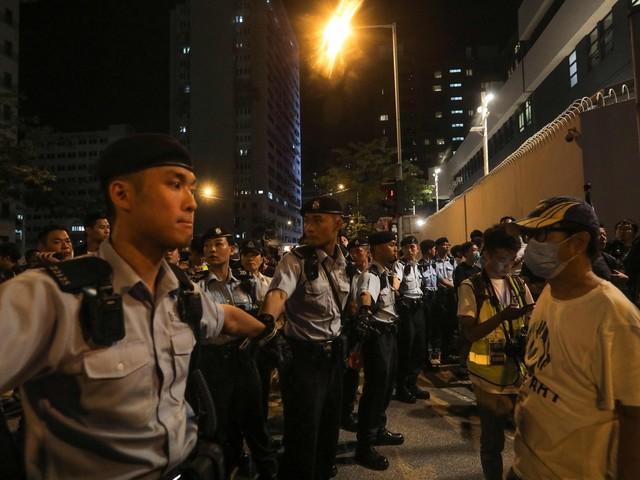 """Hong Kong, polizia: """"Sparato un colpo di avvertimento"""""""
