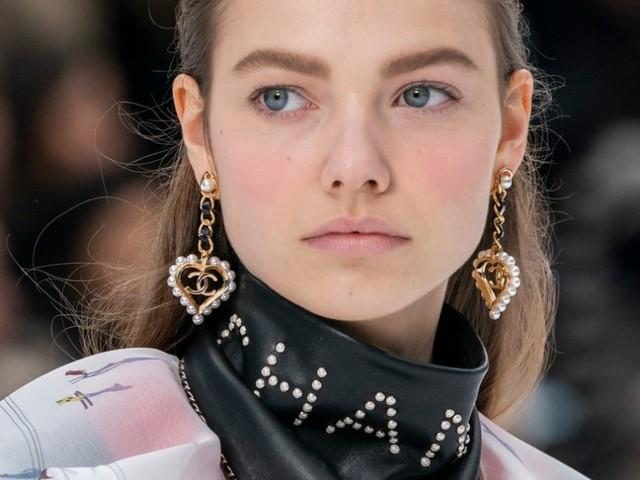 Il look del giorno: al collo, un foulard di pelle