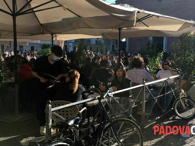 Sabato di folla in centro storico, plateatici e vie dello shopping presi d'assalto