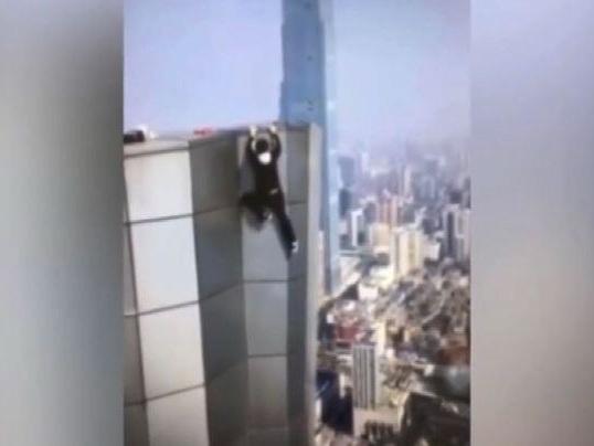 Morte di un rooftopper cinese: tragica caduta dal 62esimo piano
