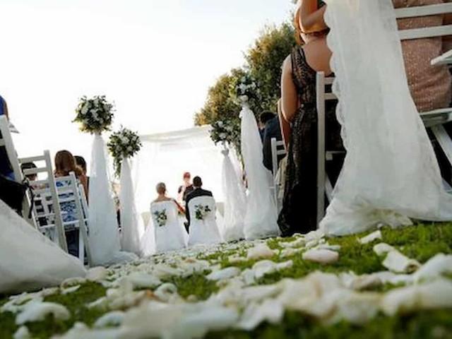 Festa ai tempi del Coronavirus: il fuggi fuggi alla prima comunione, le nozze divise in tre