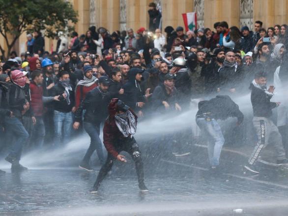 Violenti scontri tra manifestanti e polizia a Beirut: Croce Rossa ai limiti del collasso