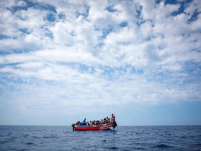 Libia, un barcone alla deriva: ci sono 150 migranti a bordo