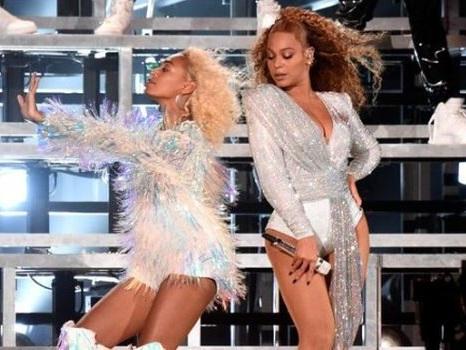 Beyoncé e Solange cadono sul palco al Coachella 2018 tra le risate, scaletta e video dal secondo concerto