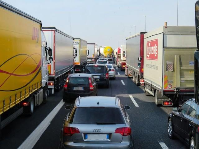 La ministra De Micheli alla Ue per i blocchi dei Tir in Tirolo «Passaggio merci a rischio»