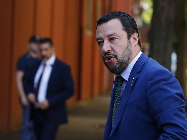 """Salvini: """"Ora basta con genitore 1 e 2. Ho ripristinato padre e madre"""""""