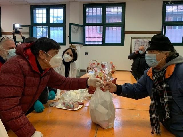 Gianni Morandi distribuisce pacchi dono