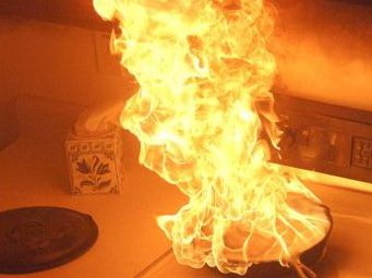 Padella in fiamme, paura per un'anziana