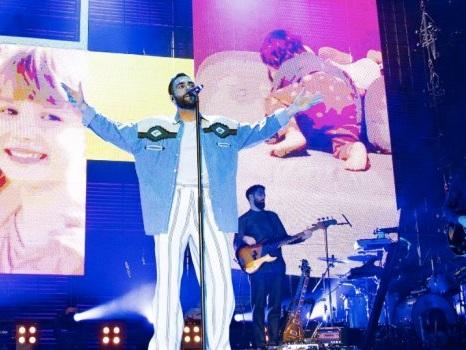 Marco Mengoni incanta Torino con musica e parole in uno show pronto per gli stadi